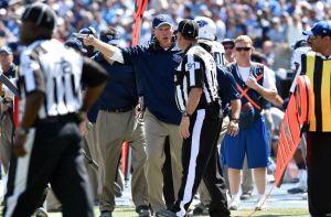 Enquanto seu time perdia, Whisenhunt discute com o árbitro.