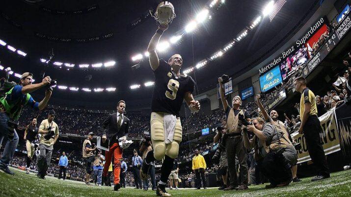 Brees deixa o campo após ter igualado o recorde de passes para touchdown em um jogo