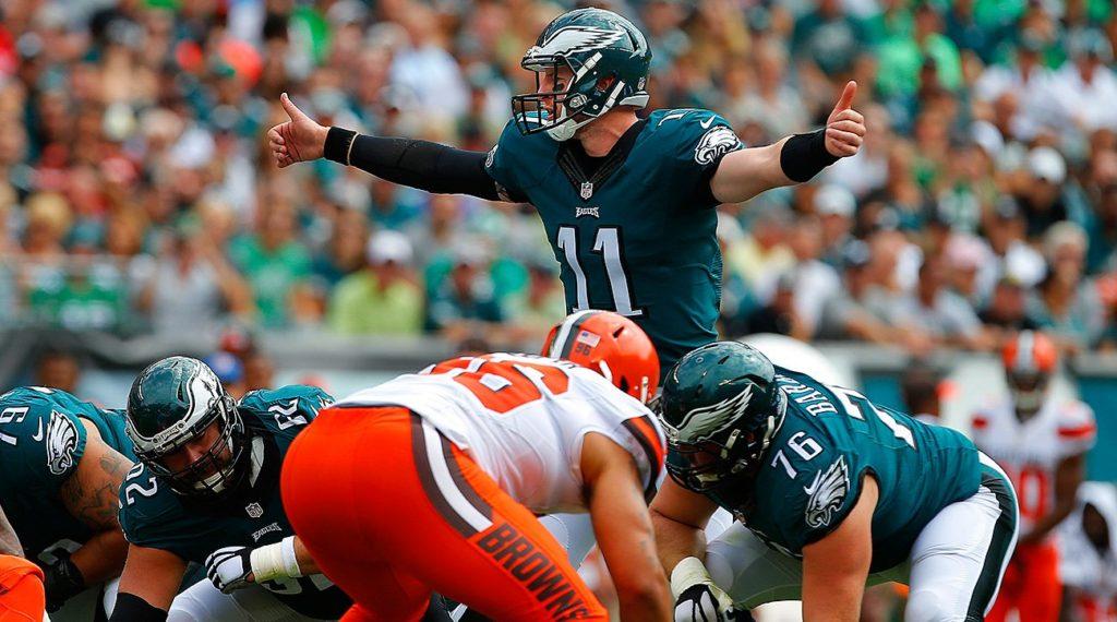 Carson Wentz foi o destaque dos Eagles no kickoff